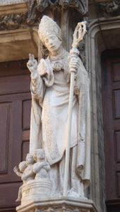 Statue de Saint Nicolas devant le grand portail : exemple de restauration financée par Connaissance et Renaissance de la Basilique.